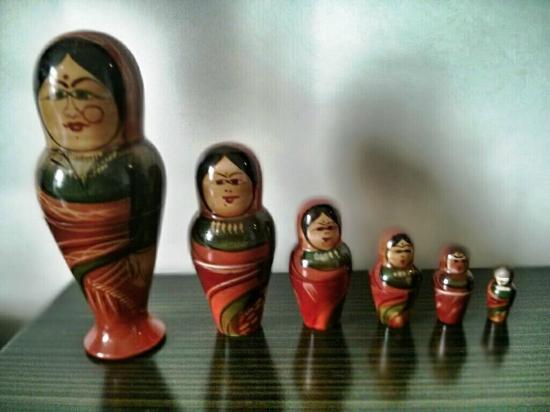 بيبال تري هوتل: Dolls on desk