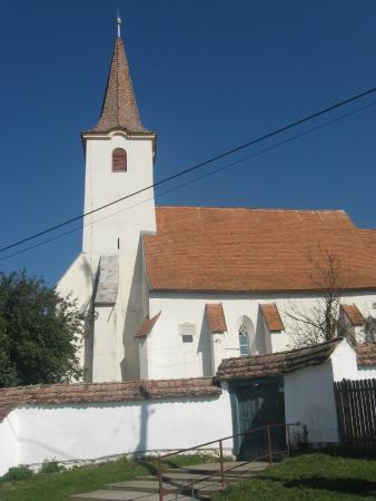 Darjiu, رومانيا: Church from outside perimeter wall