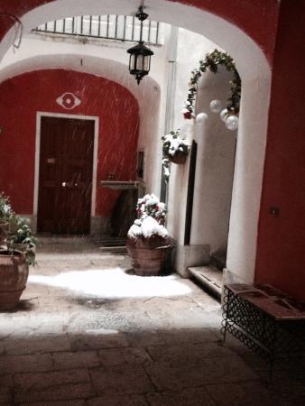 B&B Il Palazzo Vecchio : Pochi B&B hanno un entrata più magica!!! Forse nessuno!!! Andateci quando nevica e vi sembrerà d