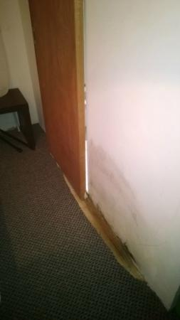 Chester Hotel : mould section and cheap sliding bathroom door