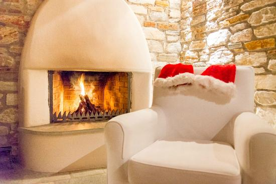 Adis Oneirou Boutique Hotel: Fireplace