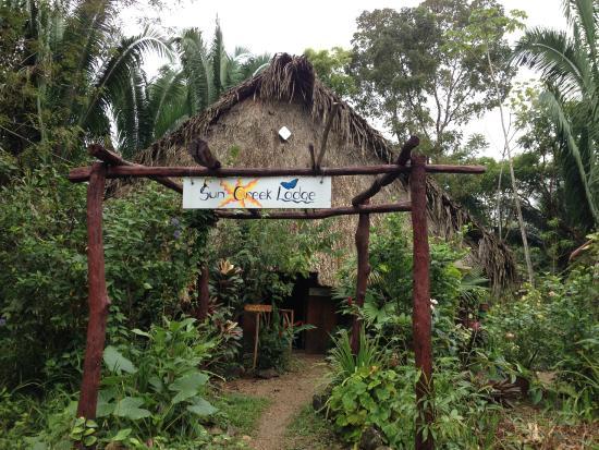 Sun Creek Lodge: Eingang mit Frühstücks- und Mainhouse