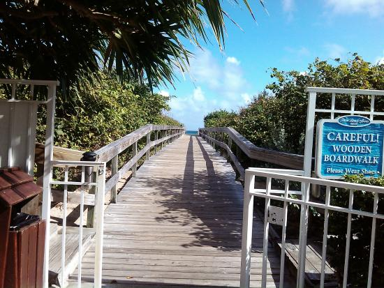 Palm Beach Shores Resort and Vacation Villas: Board walk to the beach from the pool area.