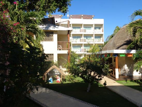 Hotel Posada Sian Ka'an: The grounds as you enter the hotel.