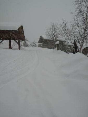 Chalet Jamais Bleu : Snow on the last day... on the road to the chalet