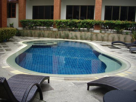 Sun Hill Hotel: pool next to my room.