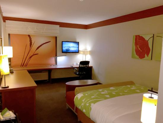 La Quinta Inn & Suites Dallas Love Field: Big desk area to get work done and fold cloths