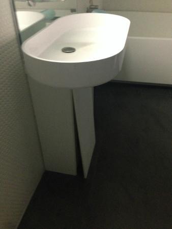 Templar Hotel: Broken sink cabinet