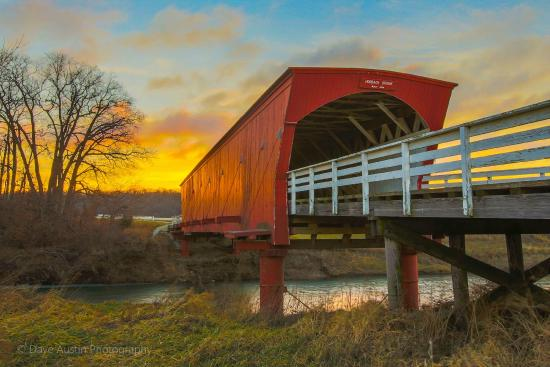 Winterset, Айова: Hogback Bridge at Sunrise