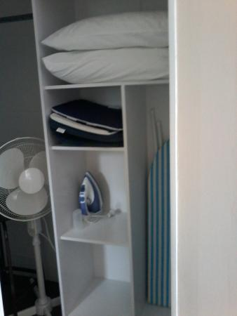 Judges Pool Motel: Lots of closet space; ironing board, hair dryer, fan,etc.!