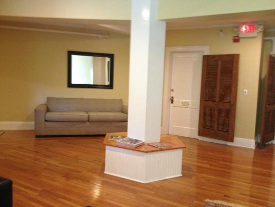 Princess Anne Hotel: Sitting area on one floor. Door leading to room