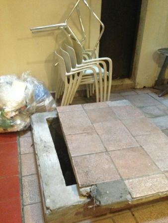 Casa Antigua: Trash bags in the lobby