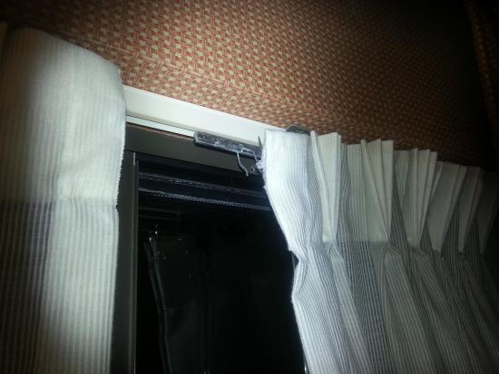 La Quinta Inn & Suites Columbia Jessup : Broken Curtain