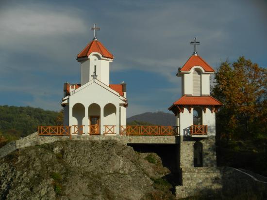 Prolom, Sérvia: Op ca 500 meter afstand van het hotel uitzicht op de kerk