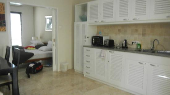 Beach Melati Apartments: Kitchen