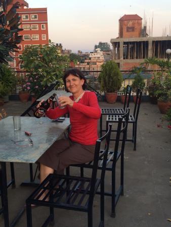 Kathmandu Madhuban Guest House : Enjoying a beer in the rooftop garden !