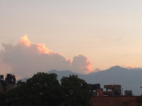 Kathmandu Madhuban Guest House : Afternoon sunset from the rooftop garden.
