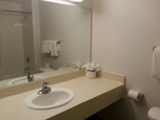 Guesthouse Inn & Extended Stay Suites: bathroom