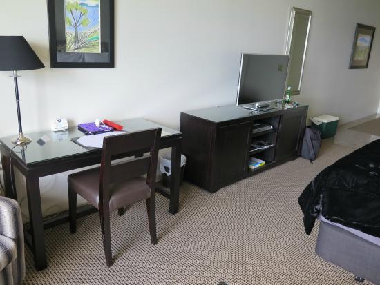 Millennium Hotel and Resort Manuels Taupo: Business desk, television
