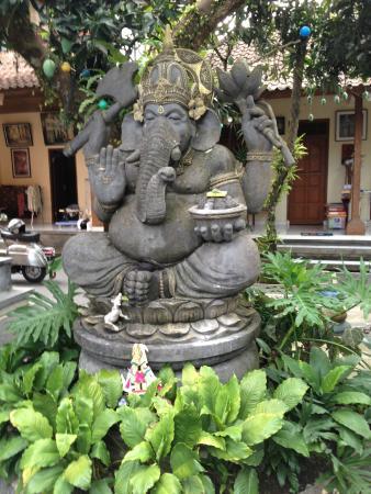 Citrus Tree Villas - Wena: Ganesha presiding over courtyard garden