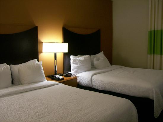 Fairfield Inn & Suites Mahwah: Small comfortable beds