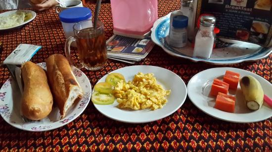 Ta Som Guesthouse: Bread with scramble egg + tea + fruits