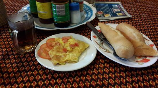 Ta Som Guesthouse: Bread with omelette egg