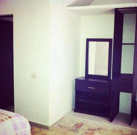 Habitacion con cama matrimonial buros tocador lamparas - Habitacion con tocador ...