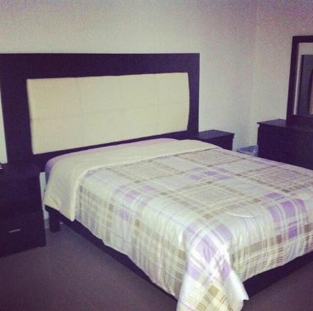 hotel atenas inn habitacion con cama matrimonial buros tocador lamparas de lectura
