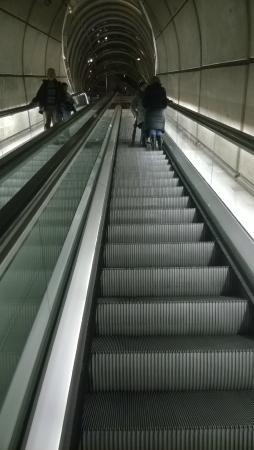 Bilbao subway system (Metro Bilbao): Scale mobili in uscita a una fermata