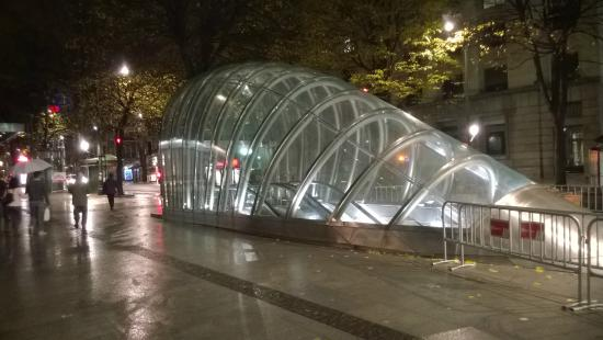Metro de Bilbao: Uno degli accessi cittadini al metro