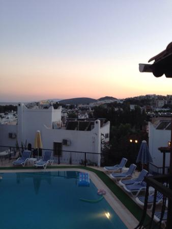 Hotel Jarra : Watching the sunset from our balcony. Guzel!