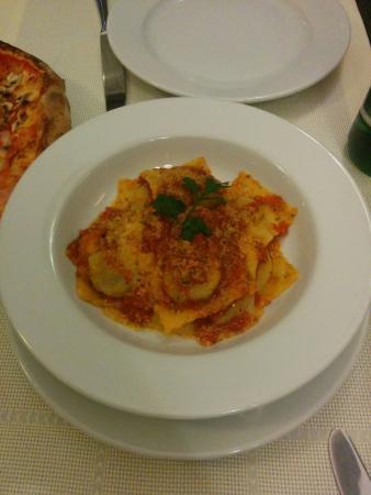 Il Cavaliere: Ravioli en salsa de tomate