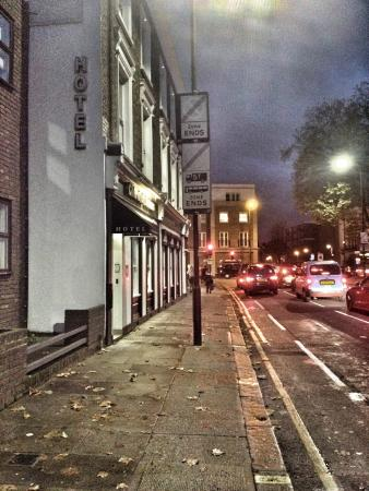 Chiswick Rooms: Entrance by night