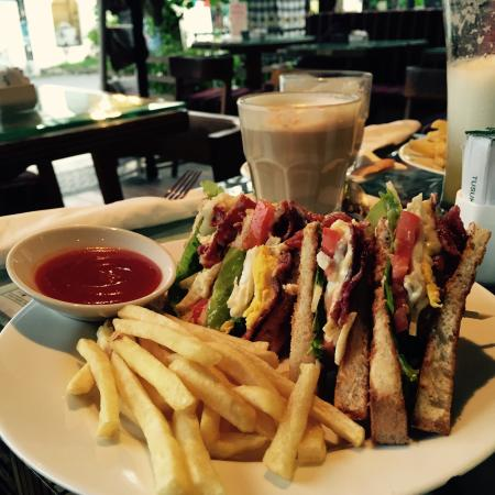 Buzz Cafe: Club Sandwich