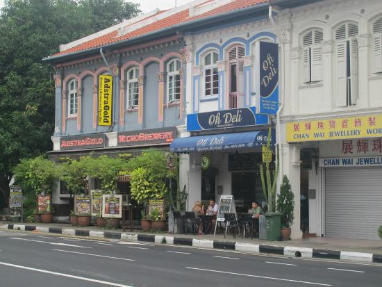 Le Peranakan Hotel: Some shops and cafes across the road