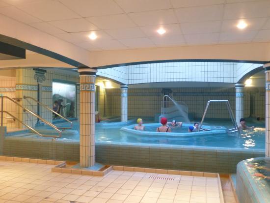 Tr s agr able piscine chauff e d 39 eau de mer couverte picture of le grand hotel des thermes for Piscine hebert