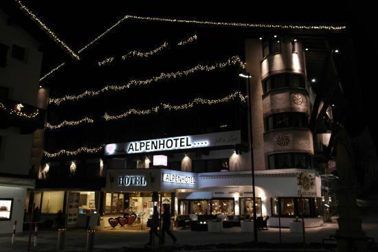 Alpenhotel...fall in Love: Hotelansicht am Abend
