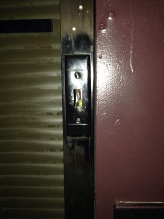 Kiva Hotel Amarillo: Broken light switch