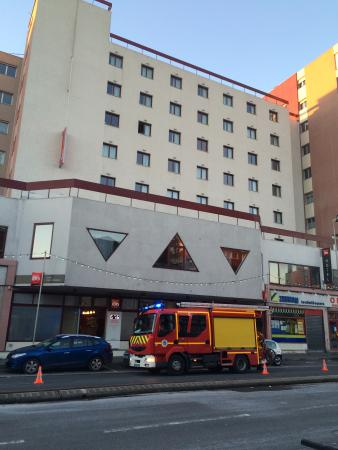 Ibis Amiens Centre Cathedrale: Fire brigade called to rescue hockey players from stuck lift.