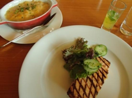 C's Steak and Seafood Restaurant: C's mac&cheese  and salmon steak