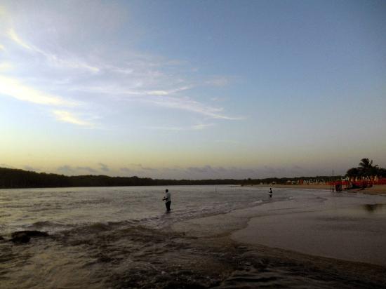 Costa Do Sauipe, BA: Um rio que abraça o mar e divide a Praia de Sauípe...
