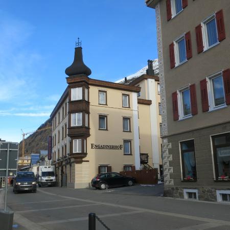 Hotel Engadinerhof: Das Hotel liegt nahe der Bushaltestelle Post