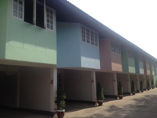 Bangsaen Villa Hotel: Superior rooms with bedroom above car space used for short term love motel