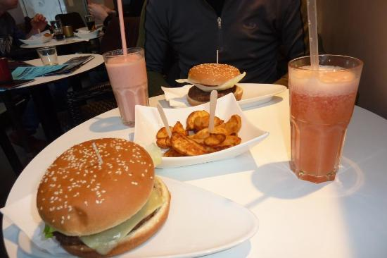 Fresh Choice : burgers with fries and smoothies