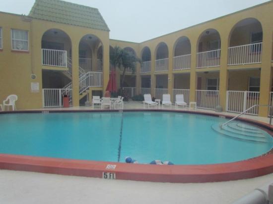 Far Horizons Motel: Pool