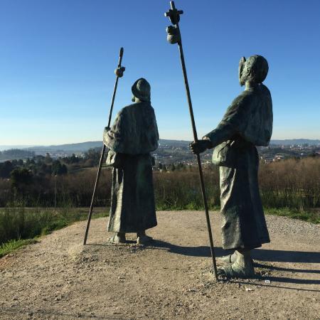 """Monte do Gozo : Os peregrinos a apontarem para a catedral de Santiago. Difícil de encontrar. A direcção é """"mirad"""