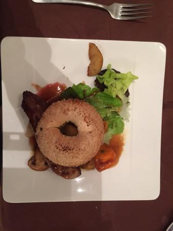 La fleur de sel : Brochette de magret de canard avec son bagel aromatisé à l'huile d'olive, miel et herbe de Prove