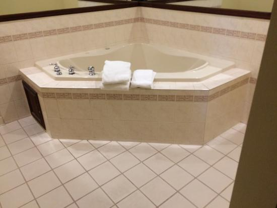 Baymont Inn & Suites Asheville/biltmore: Jacuzzi tub in upgraded king room