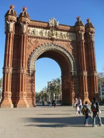 Hola! Barcelona Tours: arc de triomphe